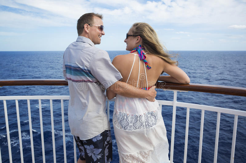Gelukkig Echtpaar op een cruise samen stock foto's