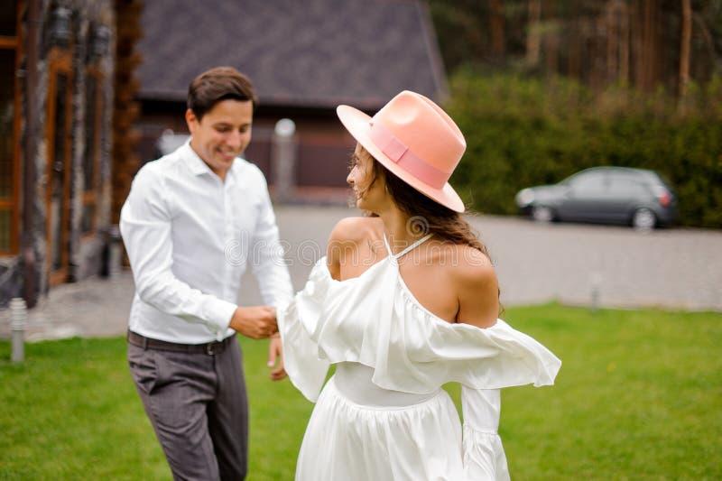 Gelukkig en glimlachend echtpaar op de in openlucht achtergrond royalty-vrije stock foto