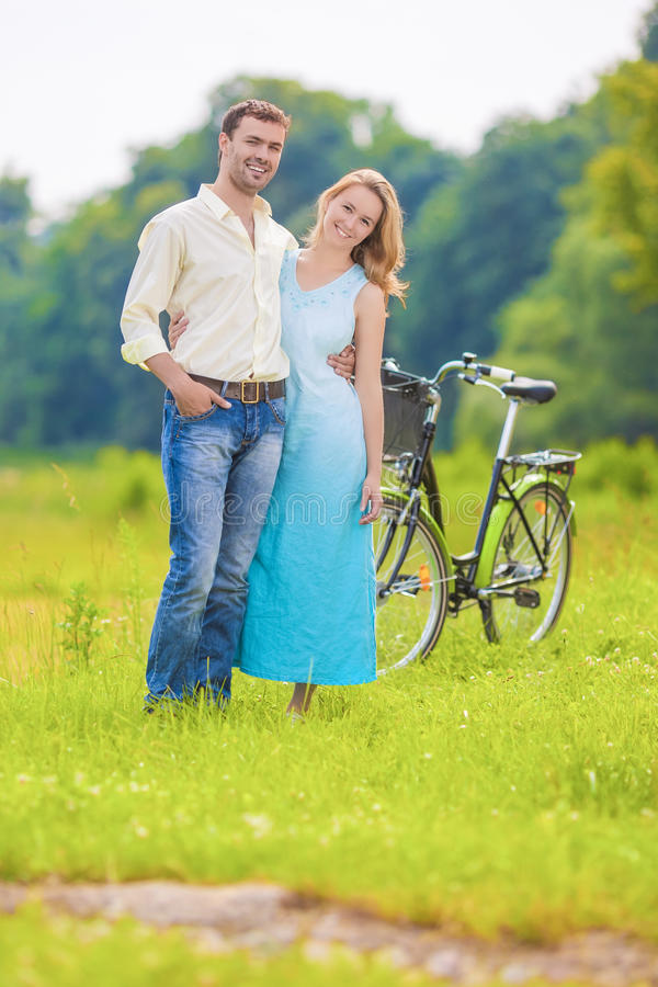 Gelukkig en Glimlachend Jong Kaukasisch Paar die Romantische Tijd hebben aan royalty-vrije stock afbeeldingen