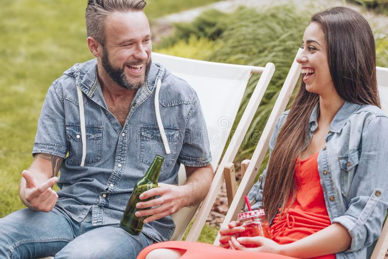 Gelukkig en glimlachend paar die van vergadering genieten tijdens openluchtpartij royalty-vrije stock foto's