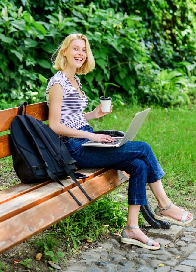 Gelukkig en ontspannen het voelen schrijver met notitieboekje Blogger die geïnspireerd worden de zomer online Blogger leidt tot i royalty-vrije stock foto