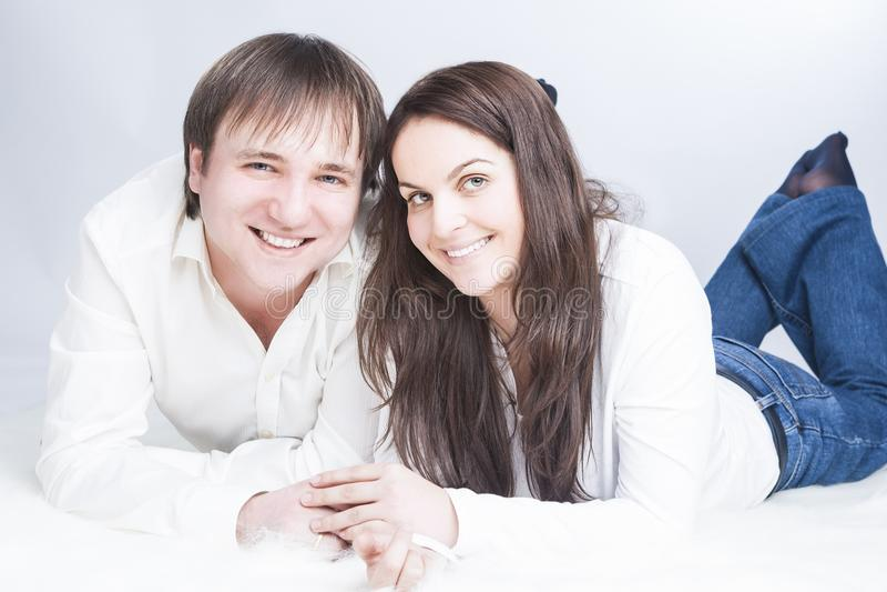 Gelukkig en Positief Kaukasisch Paar die Tijd hebben die samen op Vloer met elkaar communiceren stock foto's