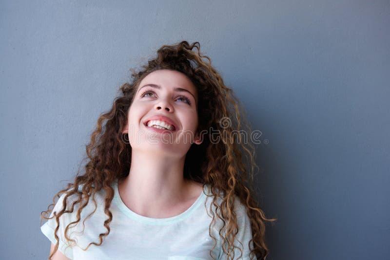 Gelukkig en tienermeisje die omhoog glimlachen kijken stock afbeeldingen