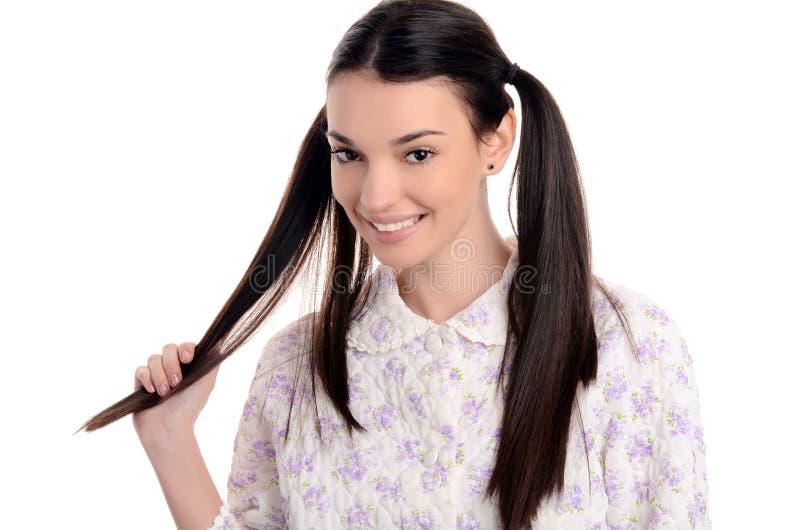 Gelukkig en vers in de ochtend. Mooie jonge vrouw in pyjama's het glimlachen. royalty-vrije stock foto's