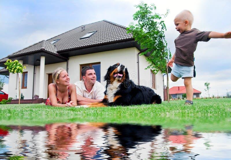 Gelukkig familie en huis royalty-vrije stock afbeeldingen
