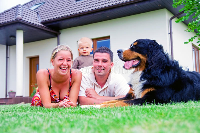 Gelukkig familie en huis stock foto
