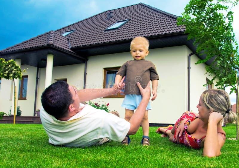Gelukkig familie en huis stock foto's