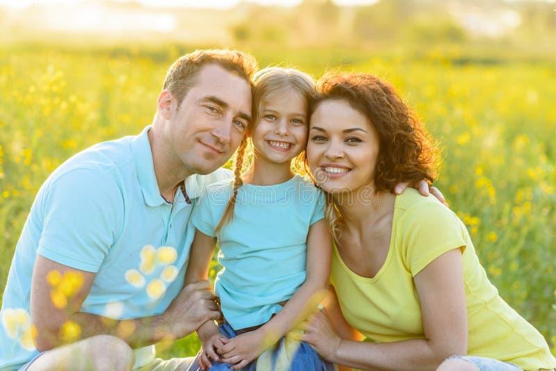Gelukkig familie het besteden weekend in openlucht royalty-vrije stock foto's
