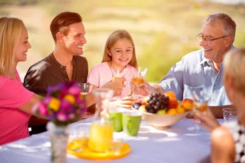 Gelukkig familie samen concept stock afbeelding