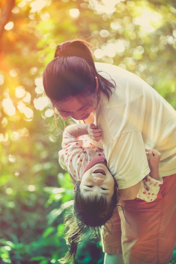 Gelukkig familieconcept De moeder en haar kind genieten van vroege sprin royalty-vrije stock afbeeldingen