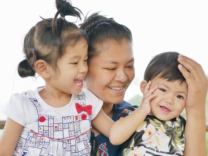 Gelukkig familieogenblik van een weinig Aziatische babymeisje & x28; right& x29; met haar familie stock afbeeldingen