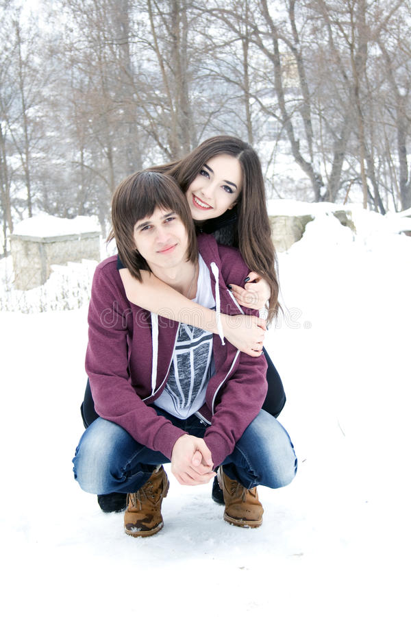 Gelukkig familiepaar in de winter stock foto's