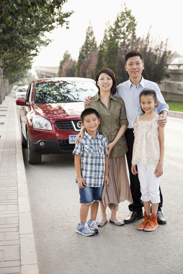 Gelukkig Familieportret voor Auto op Kant van de weg stock foto