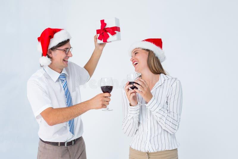 Gelukkig geeky hipsterpaar die rode wijn drinken royalty-vrije stock afbeelding
