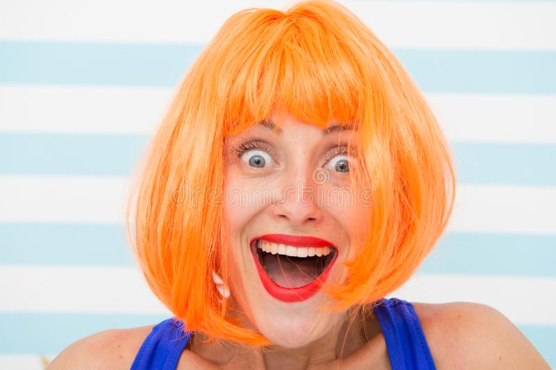 Gelukkig gek meisje met omg of wauw gelaatsuitdrukking Gelukkig meisje met gekke blik wow verrast gelukkig meisje met sinaasappel royalty-vrije stock afbeelding