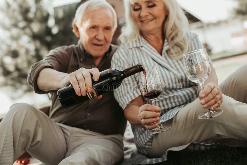 Gelukkig geliefd paar die wijn gaan drinken stock fotografie