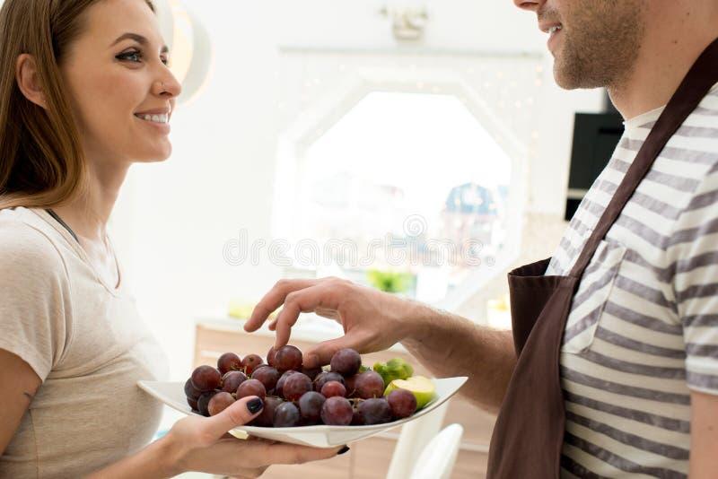 Gelukkig gezond paar die van verse vruchten genieten stock foto's