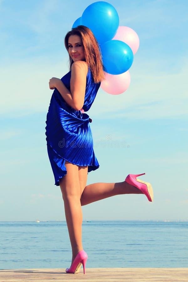Gelukkig glamourmeisje met ballons stock foto's