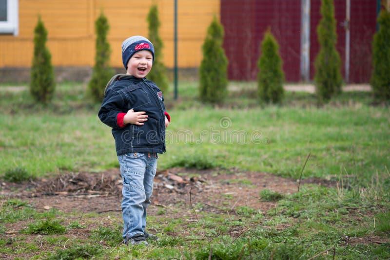 Gelukkig glimlachen weinig jongen op het gras royalty-vrije stock foto's