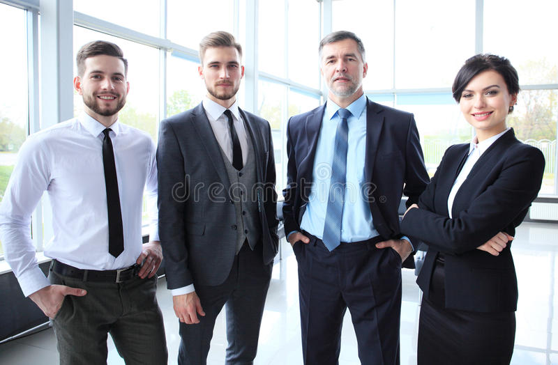 Gelukkig glimlachend commercieel team in bureau royalty-vrije stock foto's