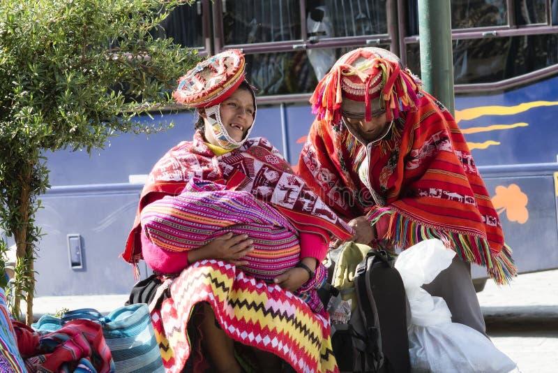 Gelukkig, glimlachend inheems Peruviaans paar van het Cusco-Gebied stock afbeeldingen