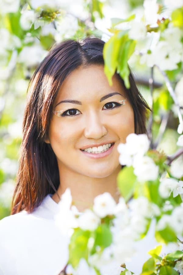 Gelukkig glimlachend jong meisje in de lentetuin royalty-vrije stock foto's