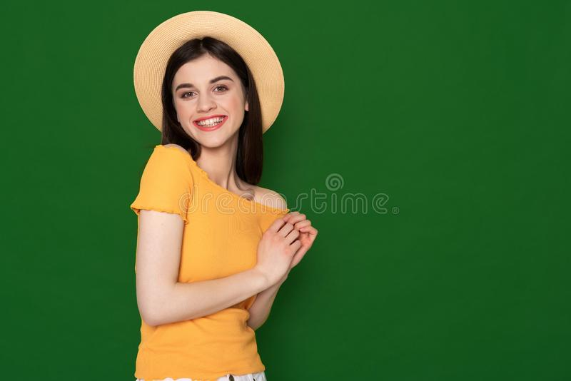 Gelukkig glimlachend leuk die meisje op groen wordt ge?soleerd stock foto
