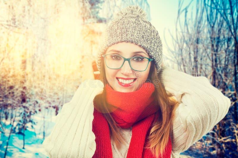Gelukkig Glimlachend Meisje in de Winterpark stock afbeelding