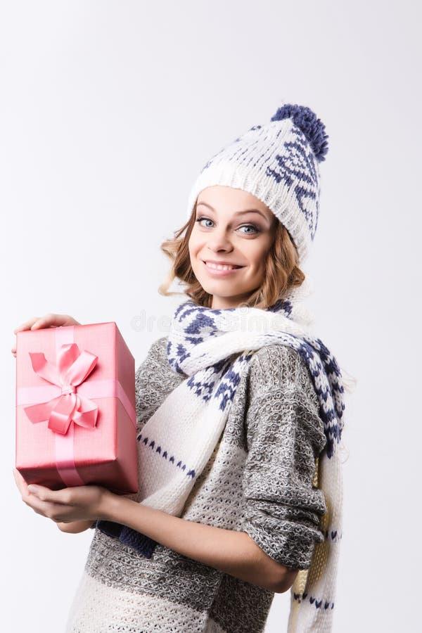 Gelukkig glimlachend meisje met giftdoos stock afbeeldingen