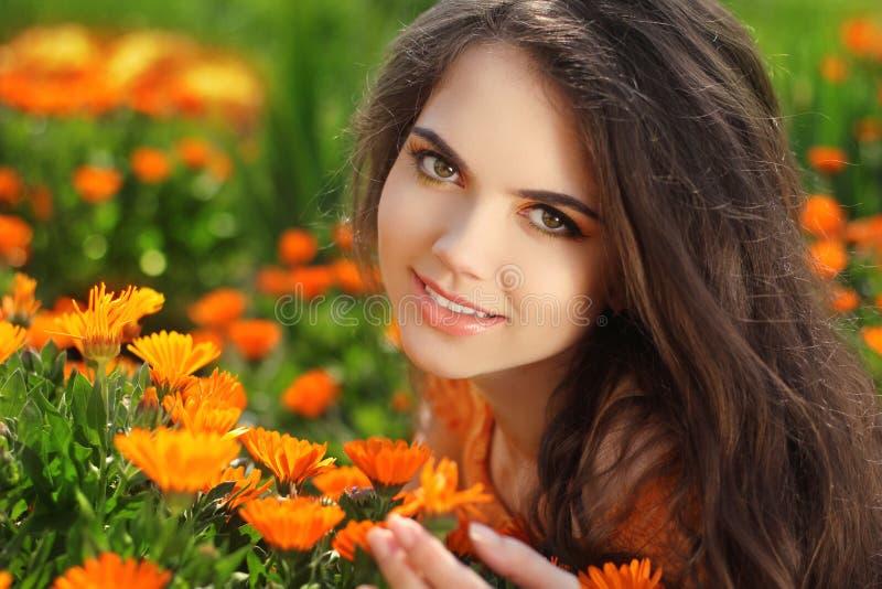 Gelukkig glimlachend meisje. Mooi Romantisch Donkerbruin wijfje in openlucht royalty-vrije stock afbeelding