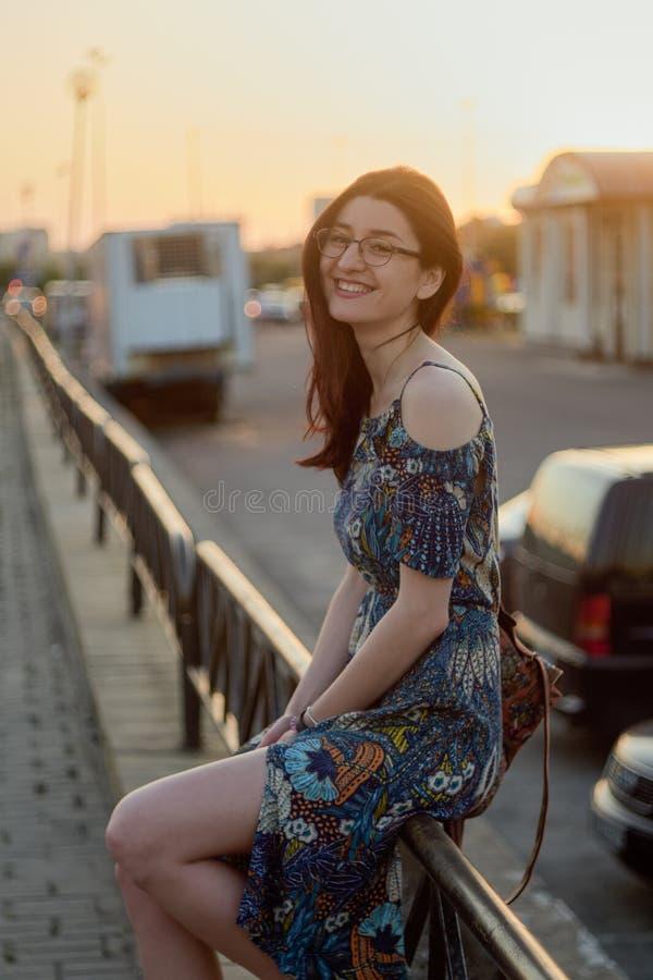 Gelukkig glimlachend meisje Portret van een Kaukasisch meisje bij zonsondergang royalty-vrije stock fotografie