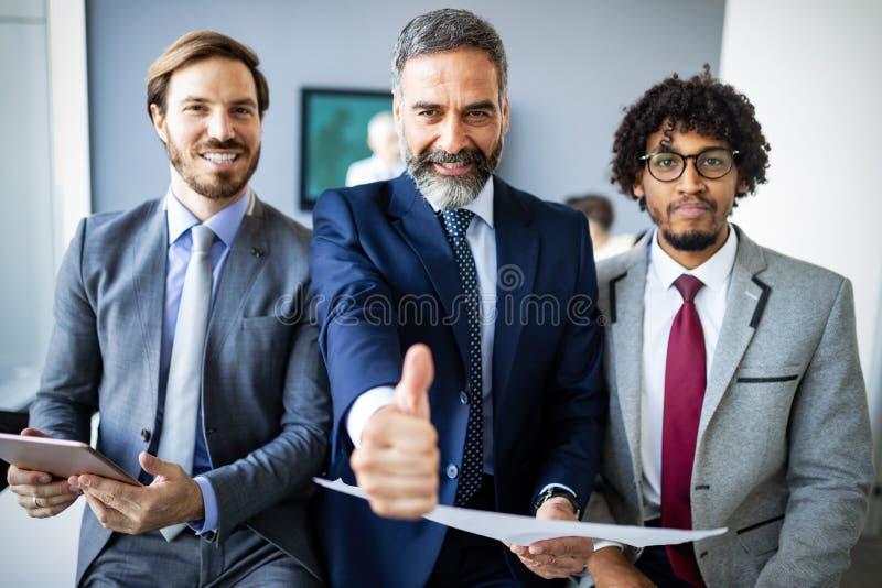 Gelukkig glimlachend multi etnisch commercieel team in bureau stock afbeelding