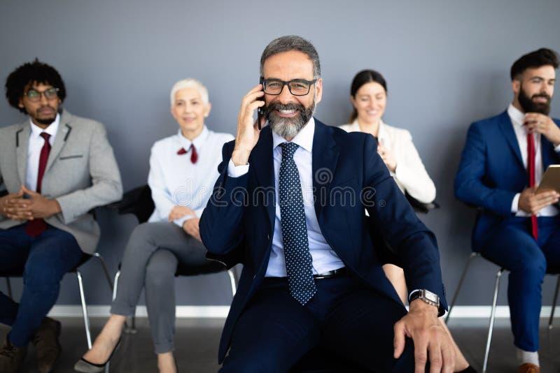 Gelukkig glimlachend multi etnisch commercieel team in bureau royalty-vrije stock afbeeldingen