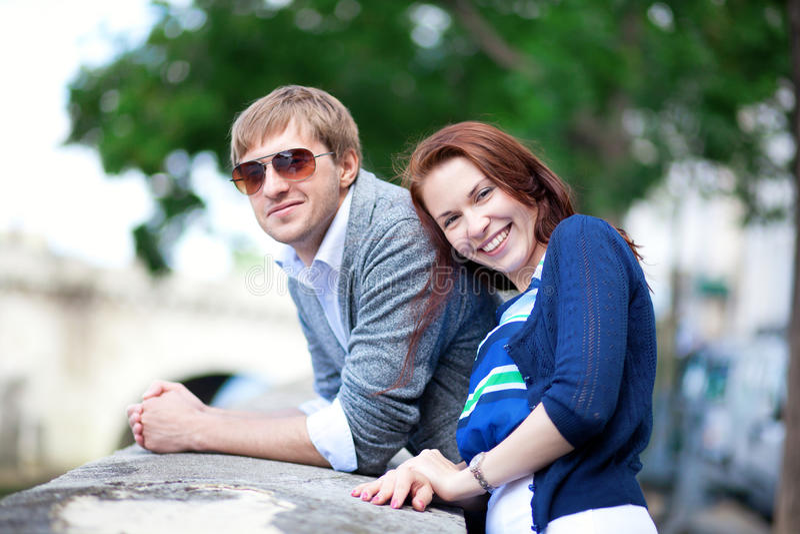 Gelukkig glimlachend paar dat pret heeft in openlucht royalty-vrije stock foto