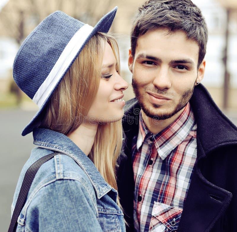 Gelukkig glimlachend paar in liefde royalty-vrije stock afbeelding
