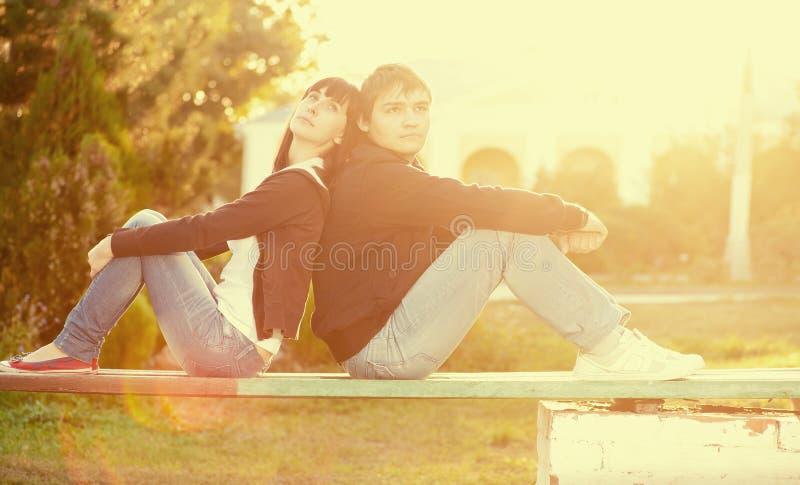Gelukkig glimlachend paar tegen zon lite stock afbeeldingen