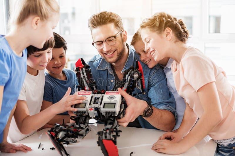Gelukkig glimlachend technisch team die quadcopter testen royalty-vrije stock afbeelding
