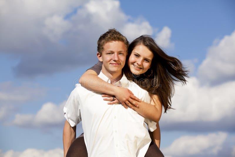 Gelukkig glimlachend tienerpaar royalty-vrije stock afbeeldingen