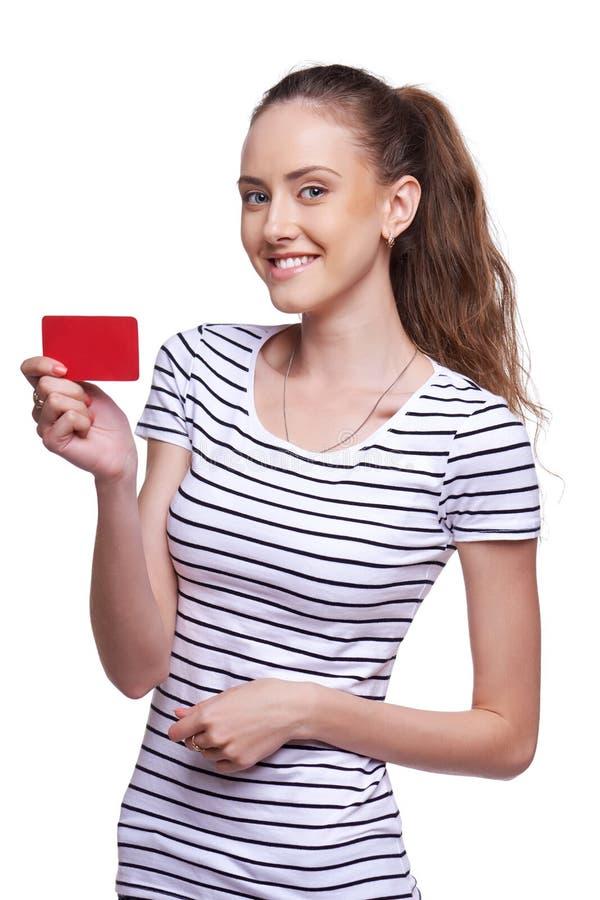 Gelukkig glimlachend wijfje die lege creditcard tonen stock foto