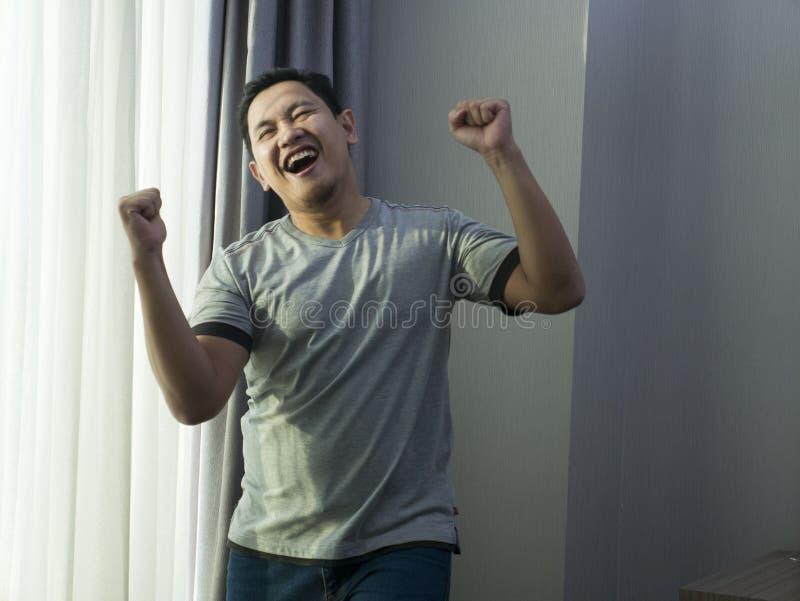 Gelukkig Grappig Aziatisch Mens het Dansen Hoogtepunt van Vreugde stock afbeelding