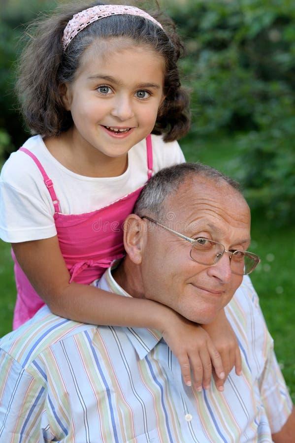 Gelukkig grootvader en jong geitje in openlucht royalty-vrije stock afbeeldingen