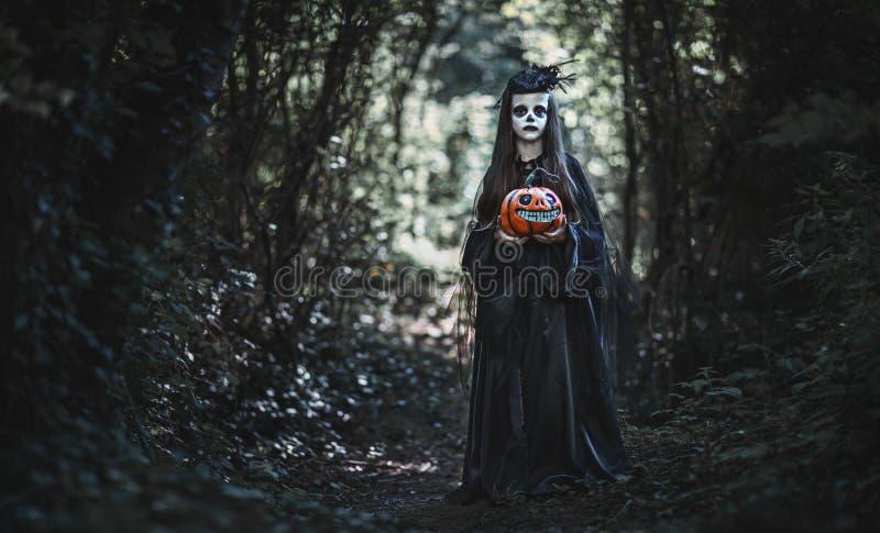 Gelukkig Halloween! afschuwelijk griezelig kindmeisje in wi van het heksenkostuum royalty-vrije stock afbeelding