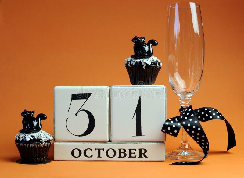 Gelukkig Halloween bewaart de datum witte scheurkalender met van de champagneglas en chocolade muffins royalty-vrije stock fotografie