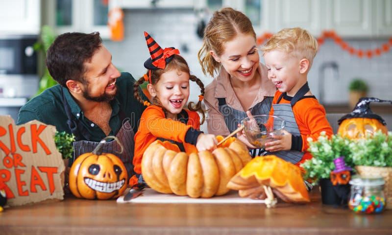 Gelukkig Halloween! de vader en de kinderenbesnoeiingspompoen F van de familiemoeder royalty-vrije stock afbeeldingen