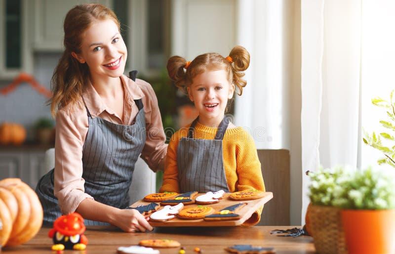 Gelukkig Halloween! familiemoeder en dochter die klaar voor worden stock afbeelding