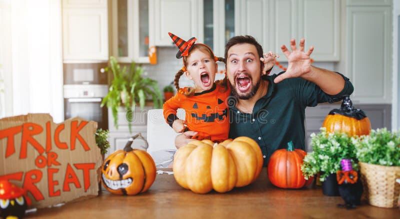 Gelukkig Halloween! familievader en kinddochter die klaar worden royalty-vrije stock foto's