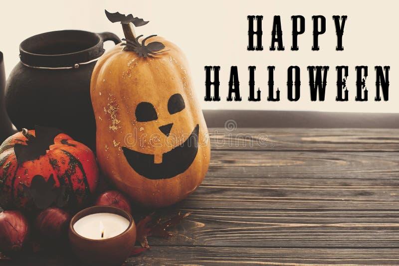 Gelukkig Halloween-tekstteken op pompoenen, hefboom-o-lantaarn, heksencau stock afbeelding