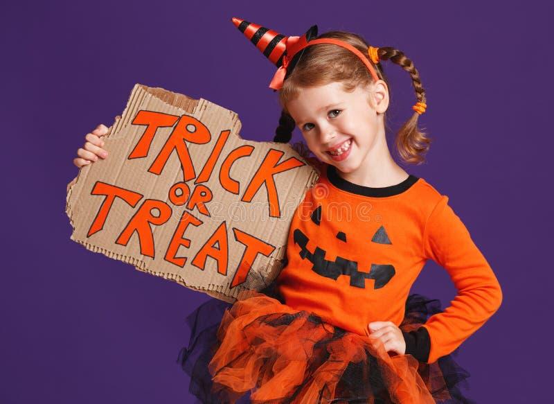 Gelukkig Halloween! vrolijk kindmeisje in kostuum met pompoenen  stock foto's