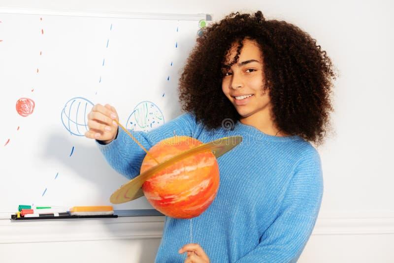Gelukkig het glimlachen de planeetmodel van de meisjesholding van Saturn stock afbeelding