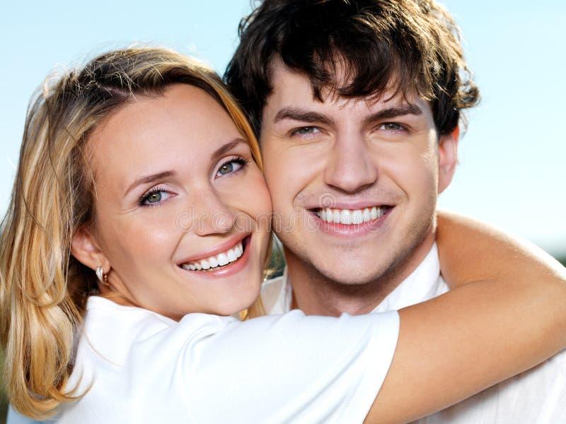 Gelukkig het glimlachen paarportret op aard stock foto's